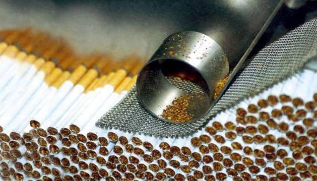 Cigarrillos apilados en la cinta transportadora de la fábrica de tabaco de Philip Morris.