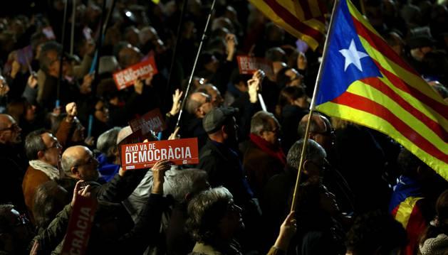 Imagen de un millar de personas se han concentrado esta noche ante el ayuntamiento de Barcelona en apoyo a la presidenta del Parlament, Carme Forcadell