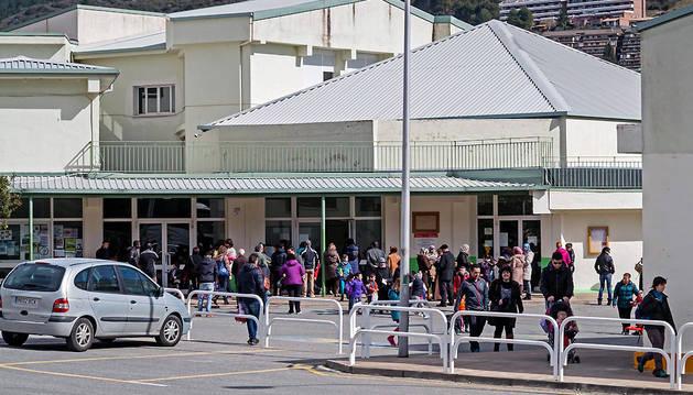 Imagen de archivo de alumnos y padres a la salida del colegio público Remontival de Estella.