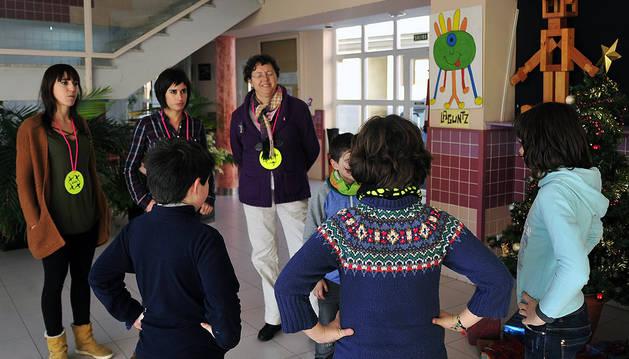 Desde la izda., Edurne Samaniego, tutora y coordinadora del programa en la ikastola; Isabel Arias, directora; y Reyes Artuch, orientadora, conforman el equipo KiVa de la ikastola de Tafalla contra el acoso.