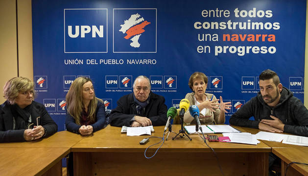 El grupo regionalista de Estella al completo, ayer durante su comparecencia en la sede.