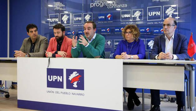 De izda. a dcha.: Luis Casado, Carlos Moreno, Javier Esparza, Mª Carmen Segura, y Alberto Catalán, en la rueda de prensa de este miércoles en Tudela.