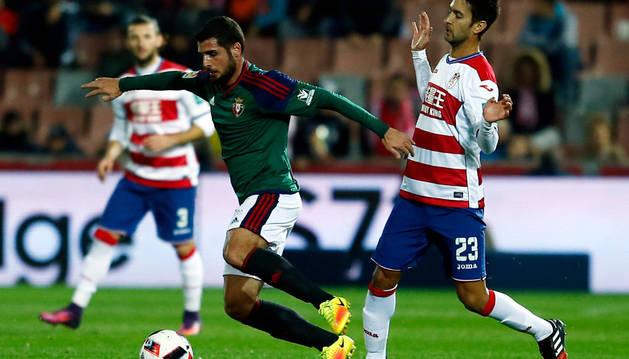 Fran Mérida conduce el balón durante el partido de ida en Los Cármenes