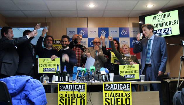 Imagen de la rueda de prensa que ofreció Adicae, asociación de usuarios de bancos que presentó la demanda colectiva que ahora ha recibido el respaldo del tribunal europeo.