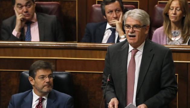 El ministro Dastis asegura que los jóvenes emigran por