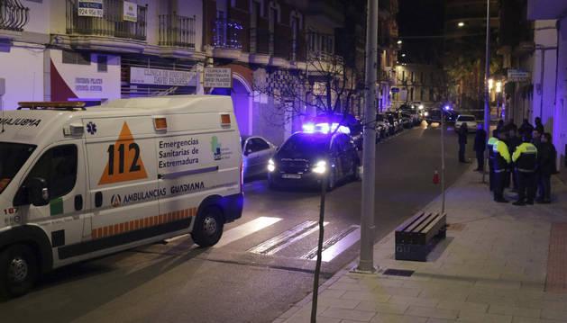 Vehículos de los servicios de Emergencias y varios agentes de Policía Municipal en la calle de la localidad de Don Benito (Badajoz).