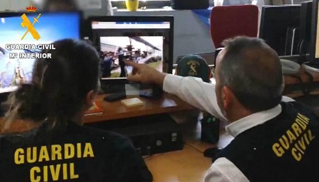 Dos agentes de la guardia civil, en una operación contra el terrorismo en internet.