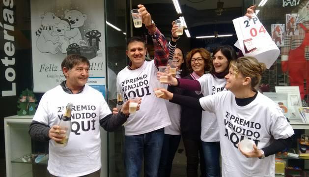 Agustín Moreno, dueño de la administración de la calle Amaya, celebra con los trabajadores la venta del segundo premio.