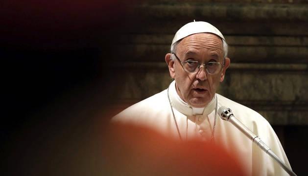 El papa Francisco, durante su reunión para felicitar la Navidad a la curia romana en la Sala Clementina del Vaticano.