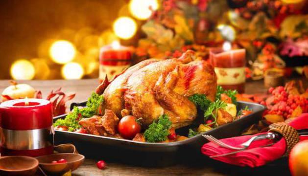 El pavo, el pollo asado o algún pescado al horno son una excelente opción como plato fuerte de una comida o cena navideña.