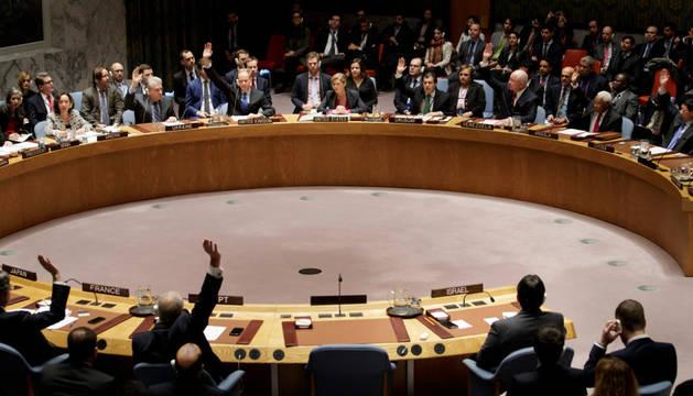 Imagen de los miembros del Consejo de Seguridad de la ONU aprueba una resolución que condena la política israelí de asentamientos y exige su cese