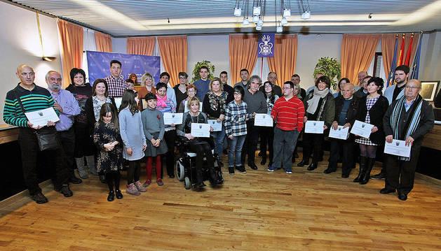 Los galardonados posan junto a la corporación municipal.