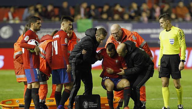 Miguel de las Cuevas se lesionó el 21 de diciembre en el partido de Copa. En la foto, es ayudado por el fisio Pablo Suárez y el doctor José Manuel Martínez.
