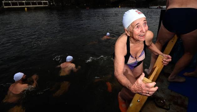 El raro encanto de cruzar a nado un río casi helado