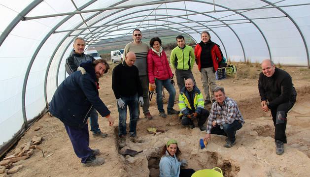 Vista de excavaciones en la villa romana El Villar de Ablitas. Voluntarios excavan en el lugar de trabajo