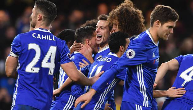 Azpilicueta celebra el gol de Hazard junto a sus compañeros
