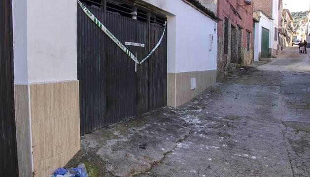 Exterior de la cochera situada en El Mármol (Jaén) donde han fallecido los tres hombres.
