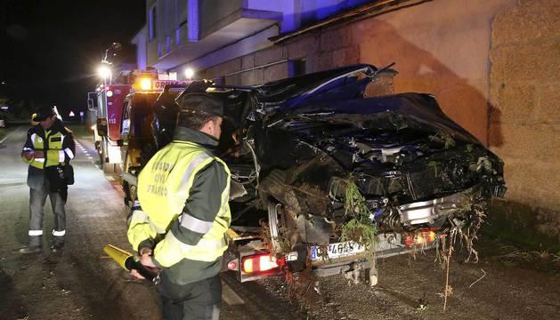 El vehículo se salió de la vía y después chocó contra un poste y volcó.