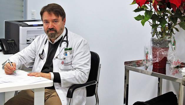 El médico Pablo Pascual Pascual, en su consulta del centro de salud del barrio pamplonés de  Azpilagaña.