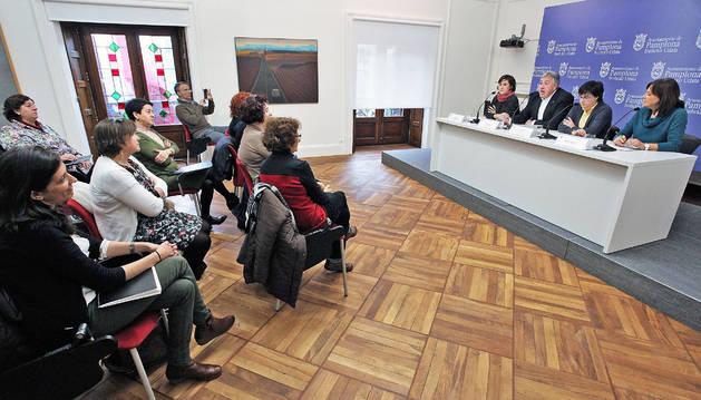 Un grupo de trabajadoras en la rueda de prensa que se anunció la municipalización del servicio.