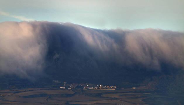 La niebla avanzaba ayer desde la sierra de Cantabria hacia Lapoblación.
