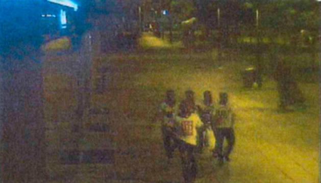 Los cinco encarcelados, caminando por Roncesvalles tras cometer los hechos.
