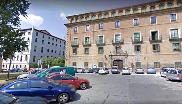 Fachada del Arzobispado de Pamplona.