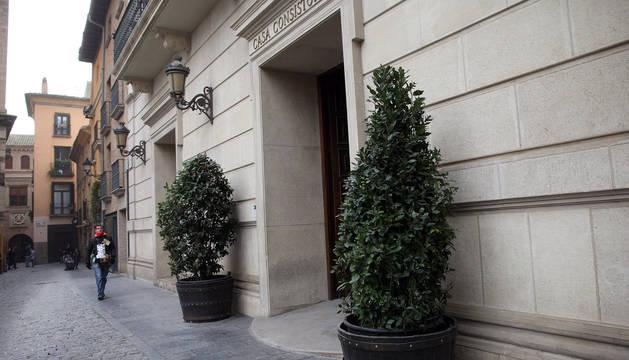Denunciado por la Policía Municipal por derribar un macetero decorativo de la entrada de la Casa Consistorial de Tudela