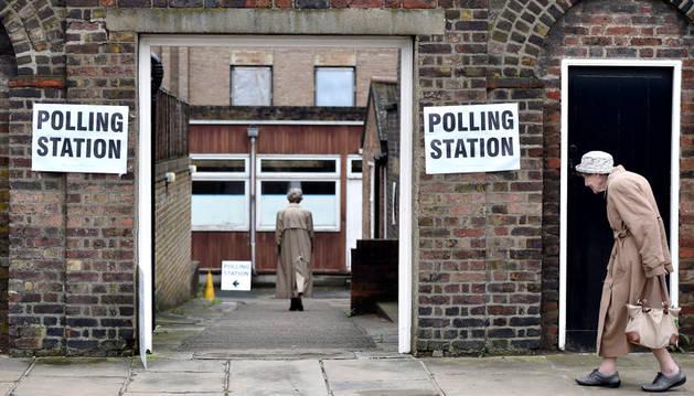 Dos mujeres acuden a un colegio electoral en Londres para votar en el referendum sobre el 'Brexit'.