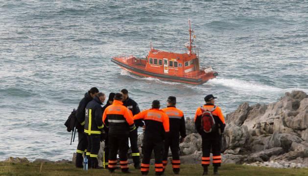 Tareas de búsqueda para encontrar al pescador que se cayó al mar en la costa de Llanes el viernes.