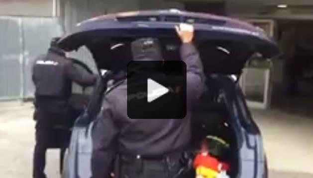 Alumnos del CP Mendillorri hacen un 'Mannenquin Challenge' con la Policía Nacional