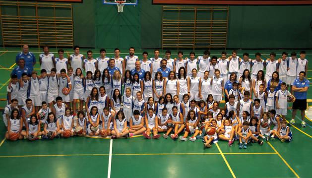 Los integrantes de las diferentes categorías del Club Baloncesto Peralta el día de la presentación por equipos de la presente temporada 2016-2017, la de su 25 aniversario.