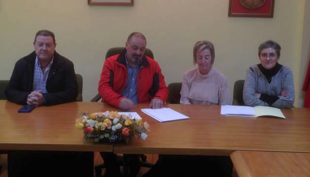 El concejal José Osa; el alcalde, Manuel Terés; la secretaria, Flor La Parte y la edil Txaro Andraiz.