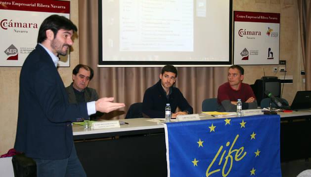 El alcalde de Tudela, Eneko Larrarte (izda.), intervino en el acto