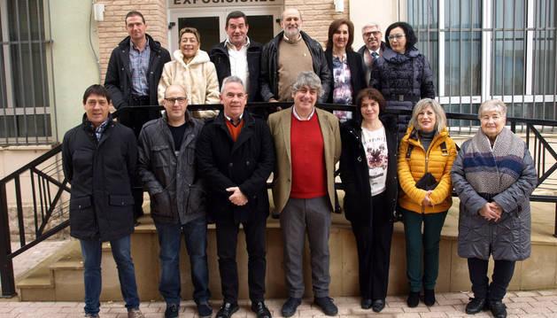 Autoridades y donantes homenajeados posaron juntos tras la jornada de Adona en Arguedas.