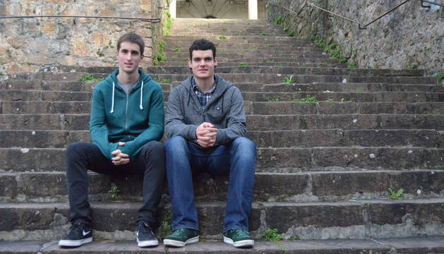 Iñigo Martínez y Ander Errandonea, posando en Bera, debutarán el próximo 2 de enero con profesionales.