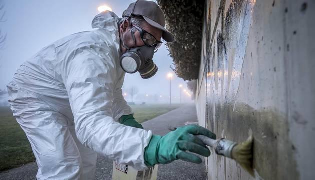 Un equipo de diez personas de Tasubinsa, cinco de ellas con discapacidad intelectual, se encarga durante seis días a la semana de retirar publicidad, limpiar pintadas y grafitis de las fachadas y de que las rejillas y papeleras de la ciudad tengan un mantenimiento óptimo