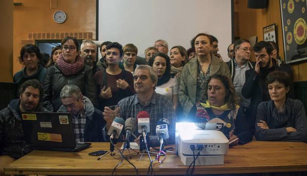 Un numeroso grupo de ciudadanos y representantes de colectivos y organizaciones solidarias ha ofrecido hoy una rueda de prensa para denunciar la detención del vizcaíno Mikel Zuloaga y de la navarra Begoña Huarte.
