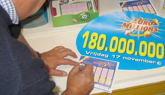 Una persona rellena un boleto de Euromillones.