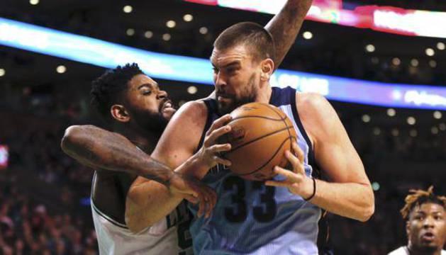 Marc Gasol disputa el balón con Amir Johnson, de los Celtics.