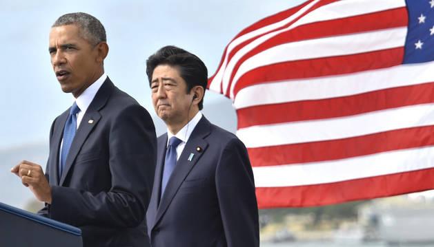 El presidente de EE UU Barack Obama habla ante la atenta mirada del primer ministro japonés, Shinzo Abe.