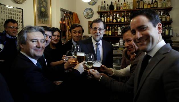 Mariano Rajoy con varios diputados del PP, en el bar con su mismo nombre.