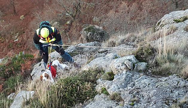 Un miembro de la Guardia Civil rescatando al perro en la ladera norte del pico Kopako Harria, Lesaka.