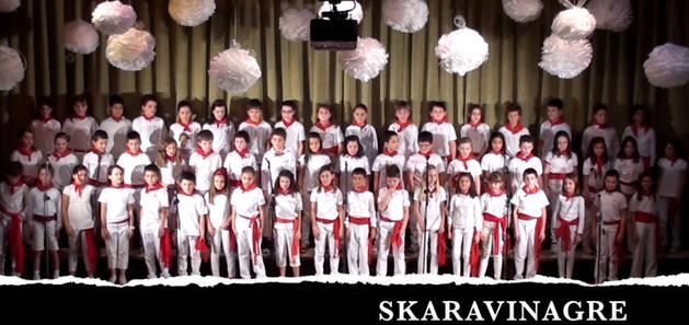 Captura del vídeo en el que los alumnos de Teresianas cantan el villancico.