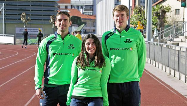 Nico Quijera, Alba Fernández y Adrián Vallés, ayer por la mañana en la pista del estadio Larrabide de Pamplona.