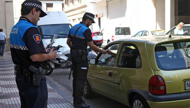 Imagen de archivo de un control de alcoholemia de la policía municipal de Tudela en la calle Sarasate.