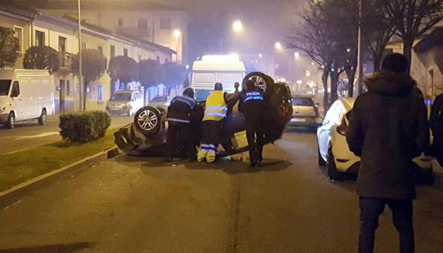 Imagen del coche volcado en la calle Fernández Portolés de Tudela
