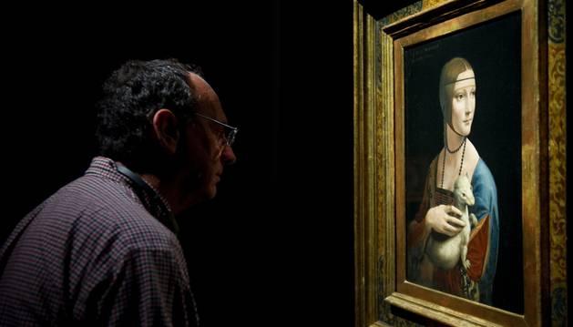 Un hombre observa el cuadro 'La dana del armino' de Leonardo da Vinci.