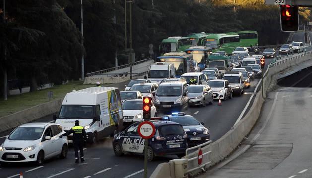 Controles policiales a la entrada de Madrid este jueves.