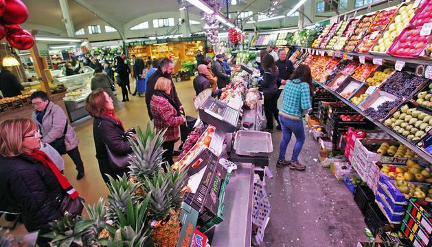 Imagen del mercado del Ensanche ofrecía esta imagen ayer, en vísperas del día de Nochevieja, con clientes haciendo compras para la cena.